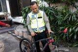 Polisi yang ditabrak mobil dihadiahi sepeda