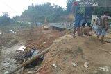 Mobil  bak terbuka terperosok di Sampara Konawe
