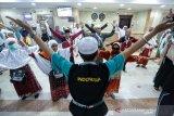 Jamaah haji Riau senam kebugaran di lobi hotel