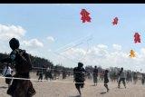 Peserta menerbangkan layang-layang tradisional saat mengikuti