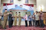 KPU Mataram menyerahkan hasil pleno penetapan calon anggota DPRD terpilih
