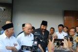 Surya Paloh menjenguk Syafii Maarif di Sleman