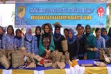 Istri Gubernur Kalteng beli kerajinan rotan Barito Utara