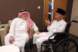 Dubes Saudi antar kakek berusia 94 tahun berangkat haji