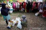 Warga antre untuk membeli kebutuhan pokok yang dijual pada pasar murah di halaman Kantor Camat Meuraxa, Banda Aceh, Aceh, Selasa (30/7/2019). Pemerintah Aceh bersama Perum Bulog menggelar 92 titik pasar murah yang tersebar di 23 Kabupaten/Kota guna meringankan beban warga pada perayaan hari raya Idul Adha 2019. (Antara Aceh / Irwansyah Putra)