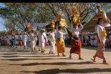 Umat Hindu membawa benda sakral dalam upacara Melasti yaitu rangkaian persiapan persembahyangan menjelang Hari Raya Kuningan di Pura Sakenan, Desa Serangan, Denpasar, Bali, Rabu (31/7/2019). Puncak upacara persembahyangan di pura tersebut bertepatan dengan Hari Raya Kuningan pada Sabtu (3/8) sekaligus sebagai rangkaian perayaan kemenangan