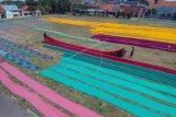 Menjemur kain batik