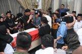 Anggota DPR RI hingga keturunan Raja Malaysia melayat ke Ichsan Limpo