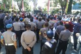 Ratusan orang demo Polda Sulteng tuntut YB ditahan