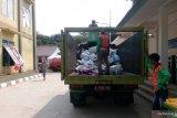 Petugas angkut 30 meter kubik sampah di tempat pencari suaka Kalideres