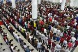 Seribuan orang mengantar jenazah Ichsan Yasin Limpo ke TPU Panaikang