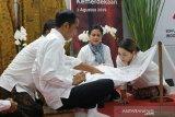Memasuki bulan kemerdekaan, Presiden Jokowi membatik Garuda Nusantara
