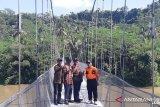 Warga Cianjur terpaksa menantang bahaya untuk beraktivitas