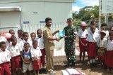 TNI bagikan seragam sekolah dan buku kepada pelajar Keerom