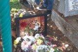 Barbel serta taburan bunga temani Agung Hercules di makamnya