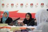 Ketua Majelis Dewan Kehormatan Penyelenggara Pemilu (DKPP), Ida Budhiati (kedua kiri)) bersama anggota majelis Tim Pemeriksa Daerah Aceh, Eka Sri Mulyani (kiri), anggota Bawaslu dan anggota Komisi Independen Pemilihan (KIP) Aceh menggelar sidang kasus pelanggaran pemilu di Banda Aceh, Jumat (2/8/2019). Sidang dihadiri tiga Panitia Pemilihan Kecamatan (PPK) kabupaten Aceh Besar, Aceh sebagai pihak pengadu dan Panitia Pengawas Pemilihan (Panwaslih) setempat sebagai pihak teradu dalam kasus dugaan pelanggaran kode etik penyelenggara pemilu. (Antara Aceh/Ampelsa)