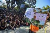 Petugas dan relawan  Badan Nasional Penanggulangan Bencana (BNPB) menjelaskan kepada siswa SMP Negeri 1 Pangandaran saat sosialiasi terjadinya bencana pada Simulasi Ekpedisi Desa Tangguh Bencana (Destana) Tsunami didalam kelas sekolah, Desa Pananjung, Kabupaten Pangadaran, Jawa Barat, Sabtu (3/8/2019).Ekspedisi Destana Tsunami pesisir jawa bagian selatan yang diselenggarakan Badan Nasional Penanggulangan Bencana (BNPB) diadakan 24 kabupaten/kota dan 5 provinsiuntuk penguatan kelembagaan daerah serta penguatan ketangguhan aparat didaerah rawan gempa bumi dan tsunami. ANTARA FOTO/Adeng Bustomi/agr