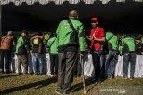 Seorang Mitra Driver (supir) Gojek mengantre untuk mendapatkan atribut baru pada acara Festival Apresiasi Mitra Gojek di Armor Kopi, Bandung, Jawa Barat, Sabtu (3/8/2019). Sedikitnya 2000 Mitra Driver Gojek memeriahkan acara yang bertujuan untuk apresiasi sekaligus mengenalkan logo dan membagikan jaket baru sebagai upaya meningkatkan semangat, inovasi dan pelayanan kepada konsumen di Indonesia. ANTARA FOTO/Novrian Arbi/agr
