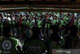 Sejumlah Mitra Driver (supir) Gojek mengantre untuk mendapatkan atribut baru pada acara Festival Apresiasi Mitra Gojek di Armor Kopi, Bandung, Jawa Barat, Sabtu (3/8/2019). Sedikitnya 2000 Mitra Driver Gojek memeriahkan acara yang bertujuan untuk apresiasi sekaligus mengenalkan logo dan membagikan jaket baru sebagai upaya meningkatkan semangat, inovasi dan pelayanan kepada konsumen di Indonesia. ANTARA FOTO/Novrian Arbi/agr