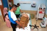 Petugas Badan Penanggulangan Bencana Daerah (BPBD) Aceh Barat menemani temannya yang pingsan akibat kabut asap saat menjalani perawatan medis di Rumah Sakit Umum Daerah (RSUD) Cut Nyak Dhien Meulaboh, Aceh Barat, Aceh, Sabtu (3/8/2019). Korban kabut asap yang ditimbulkan akibat Kebakaran Hutan dan Lahan (Karhutla) di Kabupaten setempat terus bertambah setelah sebelumnya menimpa delapan siswa yang terpaksa dilarikan ke Pukesmas karena mengalami gangguan pernafasan. (Antara Aceh/Syifa Yulinnas)