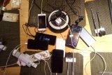 Berburu listrik demi energi telepon seluler  saat mati listrik