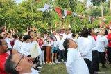 Luhut Panjaitan dan Imam Nahrawi menang lomba makan kerupuk