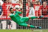 Rebut kemenangan atas Liverpool, Guardiola puji kiper Claudio Bravo