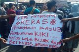 Massa mendesak hukuman mati pembunuh dan pemerkosa Kiki