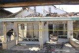 Warga melihat kondisi rumah yang terbakar di desa Terusan, Indramayu, Jawa Barat, Senin (5/8/2019). Kebakaran tersebut diduga akibat lilin yang dinyalakan warga saat pemadaman listrik terjadi pada Minggu (4/8) malam. ANTARA FOTO/Dedhez Anggara/agr