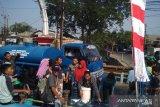 Pemadaman listrik berlanjut, warga beramai-ramai memenuhi bak untuk stok air