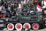 Pengunjung mengamati motor vespa modifikasi saat pemecahan rekor muri parkir vespa tank dan army look terbanyak di Gor Jayabaya Kota Kediri, Jawa Timur, Minggu (4/8/2019).Kegiatan bertajuk Kediri Scooter Festival berhasil memecahkan rekor muri parkir motor vespa tank dan army look sejumlah 250 unit yang dipersembahkan sebagai kado Hut ke-1140 Kota Kediri. Antara Jatim/Prasetia Fauzani/zk