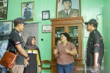 Pewaris rumah bersejarah, Liauw Chin Lan (ketiga kiri) menjelaskan sejarah rumah peninggalan Djiauw Kie Siong yang pernah disinggahi Soekarno - Hatta sebelum kemerdekaan kepada peserta