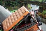 Kecelakaan tunggal di Lembah Anai, korban dievakuasi ke rumah sakit dan pagar objek wisata rusak