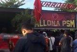 Warga Makassar  padati warkop saksikan final PSM kontra Persija
