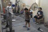Berlatih angkat besi