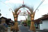 Warga Kampung Poncol membuat gapura bambu, sambut HUT RI