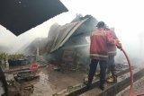 Suara ledakan terdengar saat gudang kardus bekas di Jambi terbakar