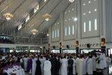 Ribuan umat Katolik antar jenazah Mgr Saklil ke pemakaman
