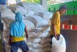 Puluhan ton beras tanpa merek diamankan petugas