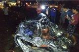 Empat tewas akibat truk tangki menimpa minibus