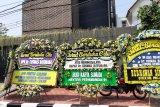 Karangan bunga mulai memenuhi kediaman mantan menteri era Soeharto Cosmas Batubara