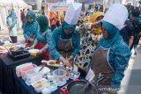 Peserta mengikuti lomba memasak saat Festival Makanan Berbahan Baku Ikan di Trans Studio Mall, Bandung, Jawa Barat, Kamis (8/8/2019). Festival yang diikuti oleh 24 Kota/Kabupaten se Jawa Barat tersebut diselenggarakan untuk mengembangkan diversifikasi produk olahan pangan berbasis ikan. ANTARA JABAR/Raisan Al Farisi/agr
