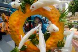 Pengunjung mengamati aneka ragam makanan olahan ikan saat Festival Makanan Berbahan Baku Ikan di Trans Studio Mall, Bandung, Jawa Barat, Kamis (8/8/2019). Festival yang diikuti oleh 24 Kota/Kabupaten se Jawa Barat tersebut diselenggarakan untuk mengembangkan diversifikasi produk olahan pangan berbasis ikan. ANTARA JABAR/Raisan Al Farisi/agr