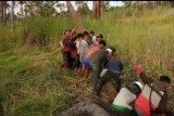 PLN dibantu warga membangun jaringan listrik  Kepulauan Sitaro