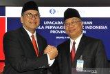 Kepala Perwakilan BI Banten yang baru Erwin Suriadimadja (kiri) berjabat tang dengan pejabat lama Rahmat Hernowo (kanan) usai acara Serah Terima Jabatan Kepala Perwakilan BI Provinsi Banten di Serang, Jumat (9/8/2019).