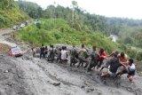 Kendaraan warga terjebak lumpur akibat longsor di jalan transPapua