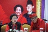 Ketua Umum PDIP Megawati Soekarnoputri (kiri) berbincang dengan Sekjen PDIP Hasto Kristiyanto, sebelum menyampaikan keterangan pers dalam Kongres V PDI Perjuangan di Sanur, Denpasar, Bali, Kamis (8/8/2019). Megawati Soekarnoputri terpilih kembali secara aklamasi sebagai Ketua Umum PDI Perjuangan periode 2019-2024. ANTARA FOTO/Fikri Yusuf/nym.