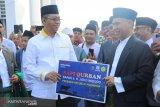 Presiden Jokowi menyerahkan hewan kurban seberat 1,3 ton untuk warga NTB