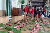 Masjid di Yogyakarta menggunakan daun jati untuk bungkus daging kurban