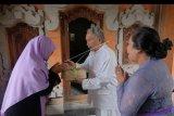 Umat Islam menyerahkan daging kurban kepada pemuka agama Hindu pada Hari Idul Adha 1440 H di Kantor Dewan Pimpinan Wilayah Lembaga Dakwah Islam Indonesia (LDII) Provinsi Bali, Minggu (11/8/2019). Dewan Pimpinan Wilayah Lembaga Dakwah Islam Indonesia (LDII) Provinsi Bali memotong 437 hewan kurban di beberapa Kabupaten/Kota se-Bali untuk dibagikan kepada umat Islam dan sejumlah warga Hindu sebagai tradisi menjaga toleransi antar umat beragama. ANTARA FOTO/Nyoman Hendra Wibowo/nym